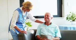 Pielęgniarka odwiedza starszego pacjenta zbiory wideo