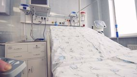 Pielęgniarka pcha guzika i headboard początki dźwignięcie 4K zdjęcie wideo