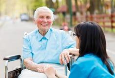 Pielęgniarka Pocieszający Starszy pacjent obrazy royalty free
