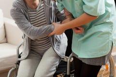 Pielęgniarka pomaga niepełnosprawnej damy obraz royalty free