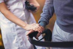 Pielęgniarka Pomaga Starszego pacjenta Z piechurem zdjęcie stock