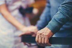 Pielęgniarka Pomaga Starszego pacjenta Z piechurem obrazy royalty free