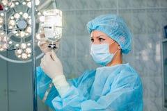 Pielęgniarka przystosowywa infuzi butelkę z przeciw Fotografia Stock