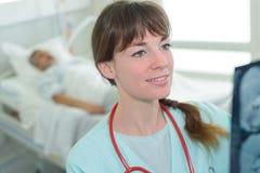 Pielęgniarka szczęśliwa z radiologia rezultata pacjentem Fotografia Royalty Free