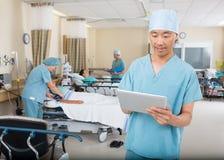 Pielęgniarka Używa Cyfrowej pastylkę W oddziale fotografia stock