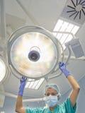 Pielęgniarka umieszcza chirurgicznie lampę na operacyjnym stole Fotografia Royalty Free
