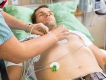 Pielęgniarka Wtyka Holter Na pacjent klatce piersiowej Wewnątrz zdjęcie royalty free