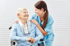 Pielęgniarka z starą kobietą w wózku inwalidzkim zdjęcie stock
