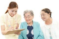 Pielęgniarka z starymi kobietami zdjęcie royalty free