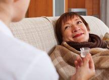 Pielęgniarki czułość dla choroby dojrzałej kobiety w domu zdjęcie royalty free