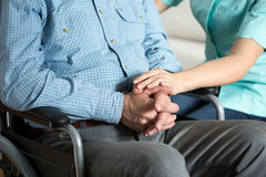 Pielęgniarki macanie wręcza jej pacjenta Fotografia Stock