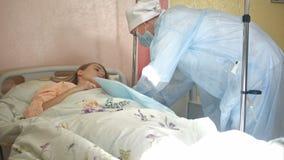 Pielęgniarki narządzania cierpliwa żyła po to, aby stawiać IV tubki Fotografia Royalty Free