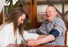 Pielęgniarki pomiarowy ciśnienie krwi Zdjęcie Royalty Free