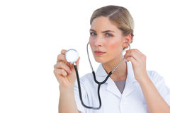 Pielęgniarki słuchanie z stetoskopem Zdjęcia Stock