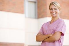 pielęgniarki szpitalnej na zewnątrz stanowisko Obrazy Stock