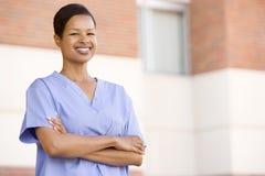 pielęgniarki szpitalnej na zewnątrz stanowisko zdjęcia stock