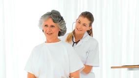 Pielęgnuje brać bicie serca jej dojrzały pacjent zbiory wideo