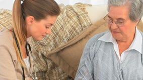 Pielęgnuje brać bicie serca jej dojrzały pacjent zdjęcie wideo