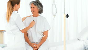 Pielęgnuje brać bicie serca jej dojrzały pacjent zbiory