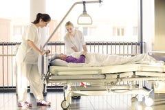 Pielęgnuje cierpliwego łóżko szpitalne obrazy royalty free
