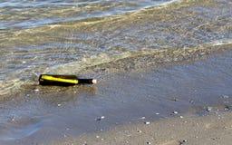 Pielęgnuje mapę w butelce na plaży Fotografia Royalty Free