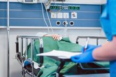 Pielęgnuje pisać puszków dane na pacjencie w wyzdrowienie pokoju nowożytny szpital obrazy stock