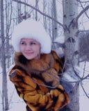 Piel blanca sonriente de la nieve de la mujer del invierno de la capa de la moda al aire libre de la persona de la cara de la gen Foto de archivo