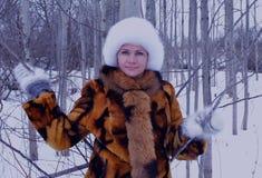 Piel blanca sonriente de la nieve de la mujer del invierno de la capa de la moda al aire libre de la persona de la cara de la gen Imágenes de archivo libres de regalías