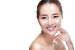 Piel conmovedora de la belleza de la mujer asiática del skincare en la cara, concepto del tratamiento de la belleza Foto de archivo libre de regalías