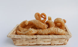 Piel curruscante del cerdo, comida tailandesa del estilo en una cesta de mimbre Fotografía de archivo libre de regalías