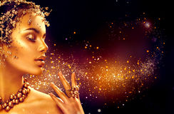 Piel de la mujer del oro Muchacha del modelo de moda de la belleza con maquillaje de oro Fotografía de archivo libre de regalías
