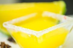 Piel del melón con el postre congelado amarillo en él y los pedazos de adornamiento del chocolate Imágenes de archivo libres de regalías