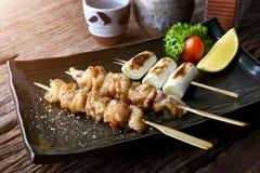 Piel del pollo asada a la parrilla o yakitori del torikawa fotografía de archivo
