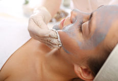 Piel facial de limpiamiento, mujer en salón de belleza Foto de archivo