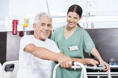 Pielęgniarka I seniora pacjent Z piechurem Przy Rehab centrum Zdjęcia Royalty Free