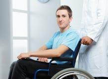 Pielęgniarka pcha jej pacjenta na wózku inwalidzkim Fotografia Stock