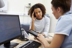 Pielęgniarka Pokazuje Cierpliwych wyniki testu Na Cyfrowej pastylce Zdjęcie Royalty Free