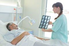 Pielęgniarka pokazuje radiologia rezultat Obrazy Royalty Free