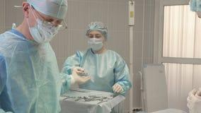 Pielęgniarka pomaga chirurga podczas operaci Zdjęcie Stock