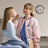 pielęgniarki pacjentów chora bierze temperatura Obrazy Royalty Free
