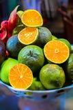 Piel van Aziatische exotische vruchten op de plaat Appelen, sinaasappelen, mango's, draak en passievruchten royalty-vrije stock foto's