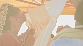 Pieles de la novia del novio detrás del paño blanco en primer del toldo metrajes
