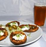 Pieles y cerveza de patata Imágenes de archivo libres de regalías