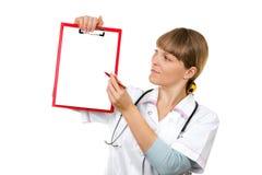Pielęgniarka/lekarka pokazywać pustego schowka znaka Obrazy Royalty Free