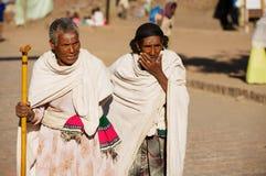 Pielgrzymi chodzą ulicą w Lalibela, Etiopia fotografia stock