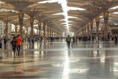 Pielgrzymi chodzą pod gigantycznymi parasolami przy Nabawi meczetem Zdjęcie Stock
