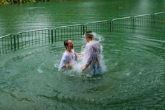 Pielgrzymi chrzci w jordanie fotografia stock