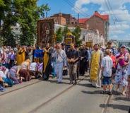 Pielgrzymi klęczą przed cudowną ikoną Ukraina Kharkiv Lipiec 10, 2016 Zdjęcie Royalty Free