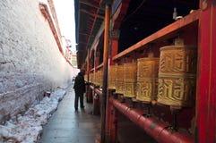 Pielgrzymi kręcenie Modlitewny Toczy wewnątrz Ramoche świątynię Obrazy Royalty Free