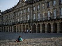 Pielgrzymi Odpoczywa na ziemi w Obradoiro kwadracie Obraz Royalty Free